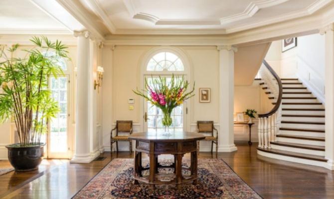 La casa di Angelina Jolie dopo il divorzio da Brad Pitt è l'antica dimora di uno dei padri di Hollywood
